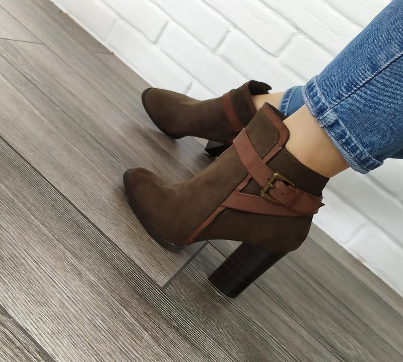 Стильные новые ботинки на широком каблуке