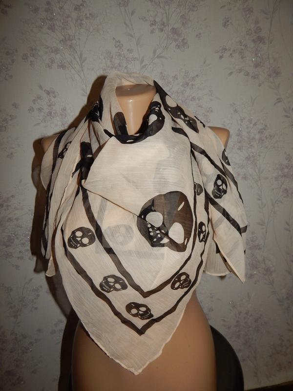 Платок с черепами стильный модный