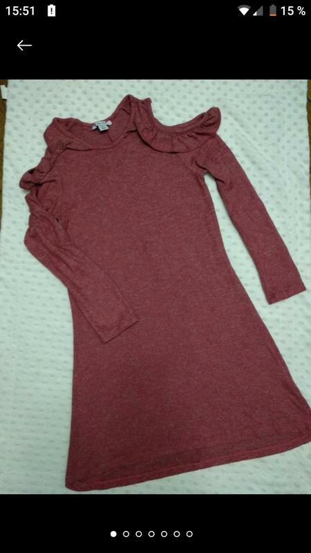 Модное теплое мягкое платье с рюшами и вырезами на плечах дево...