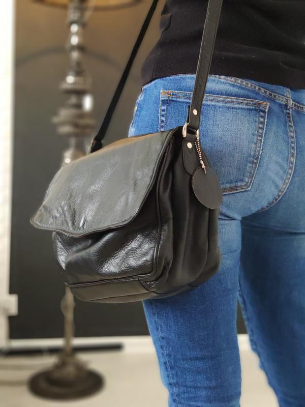 Практичная кожаная сумка.