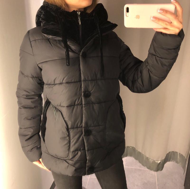 Тёплая демисезонная куртка с велюровым капюшоном amisu размер xs