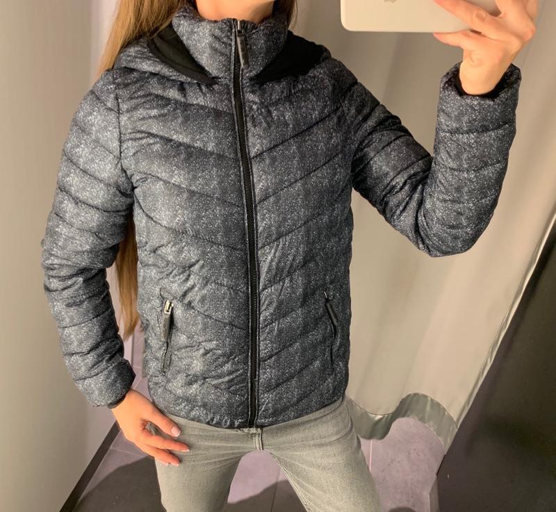 Стеганая демисезонная куртка с капюшоном amisu есть размеры