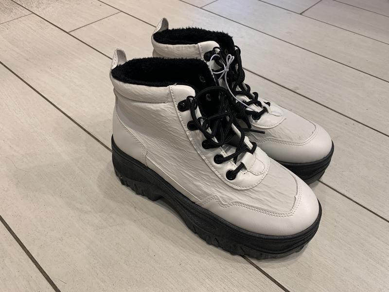 Белые ботинки на массивной подошве кроссовки house есть размеры