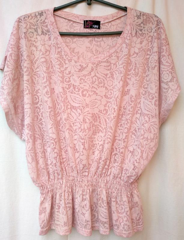 Розовая нежная футболка блуза с опущенным плечами yumi