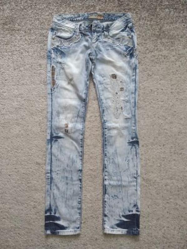 Летние женские джинсы голубого цвета с вышивкой и латками