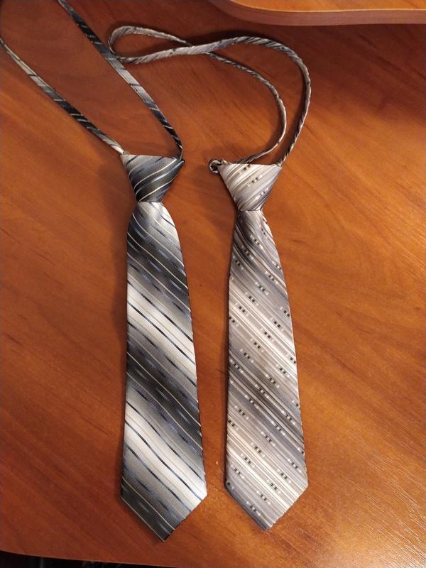 Набор из двух завязанных галстуков на шнурке