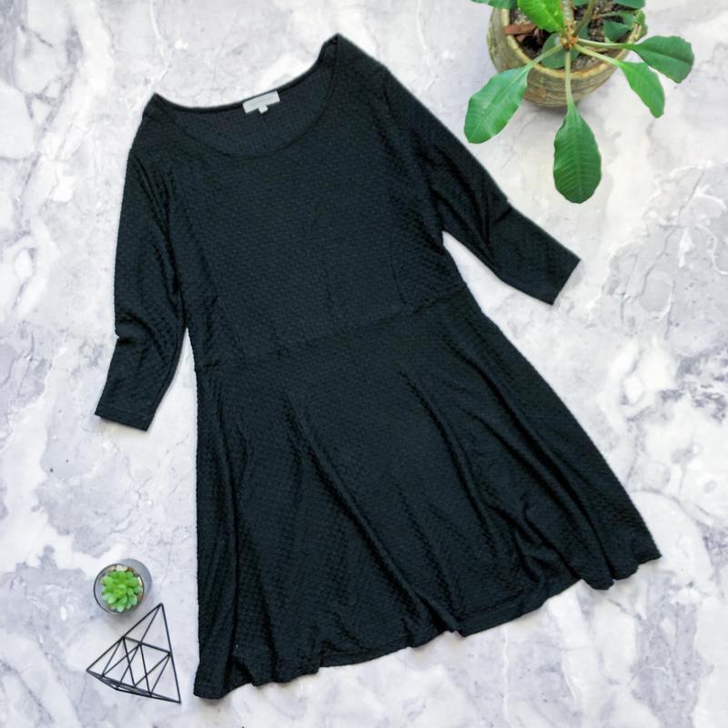 Базовое фактурное черное платье