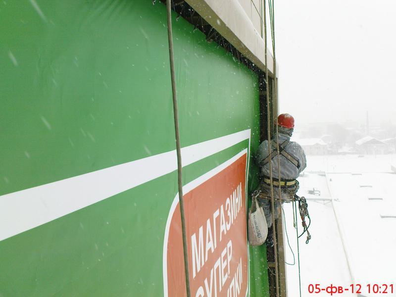 Уборка снега с крыш (устранение течи козырьков)