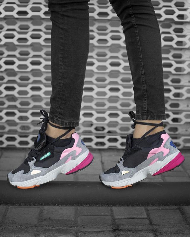 Шикарные женские кроссовки adidas falcon black grey pink серые...