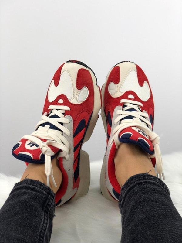 Шикарные женские кроссовки adidas yung 1 red white
