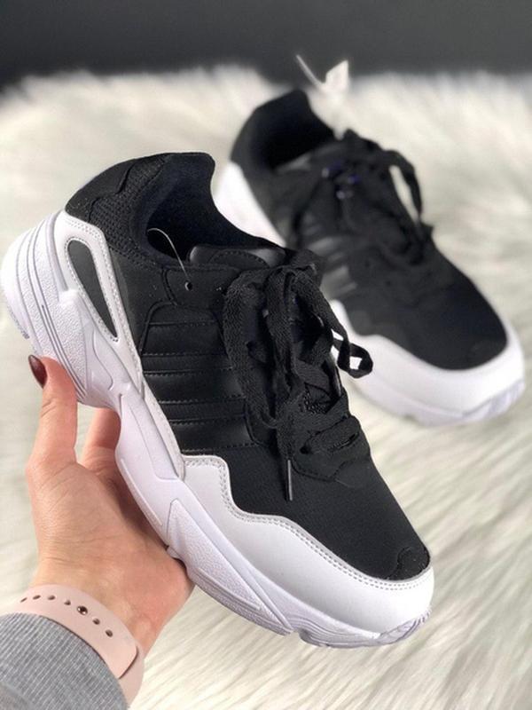 Шикарные женские кроссовки adidas yung 95 black white