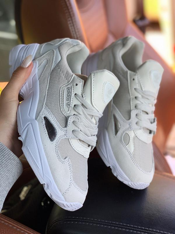 Шикарные женские кроссовки adidas falcon white grey