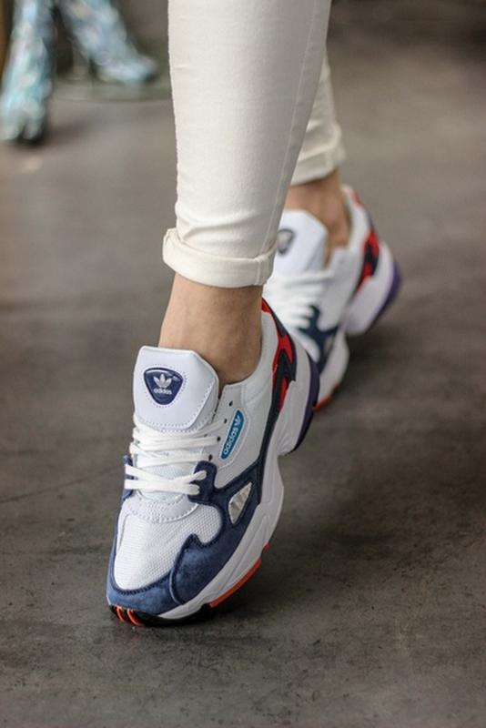 Шикарные женские кроссовки adidas falcon white blue red