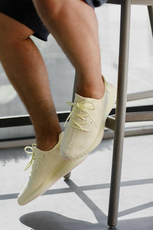 Шикарные женские кроссовки adidas yeezy boost 350 v2 «butter»