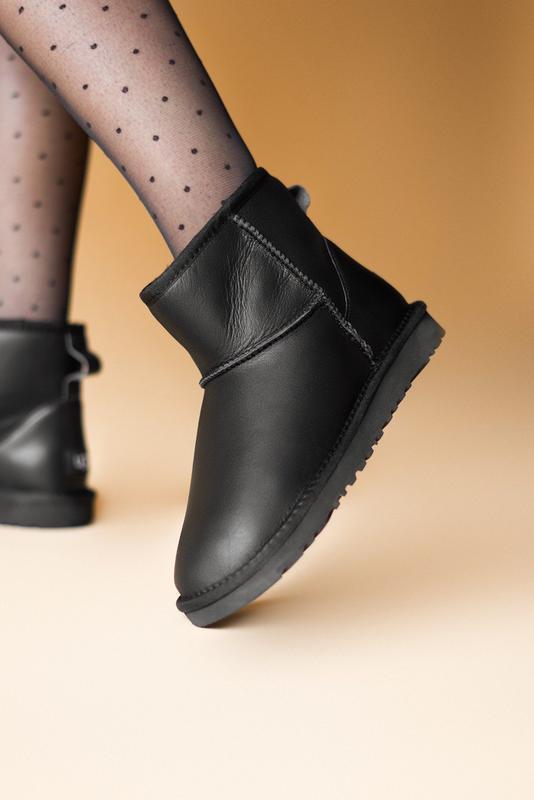 Шикарные женские сапоги угги ugg classic mini black lather чёр...