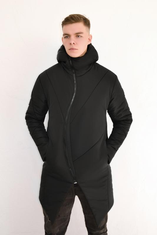 Мужская куртка с изогнутым замком чёрная удлиненная с капюшоном