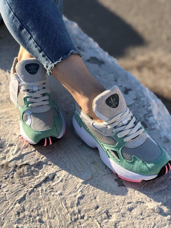 Шикарные женские кроссовки adidas falcon grey easy green
