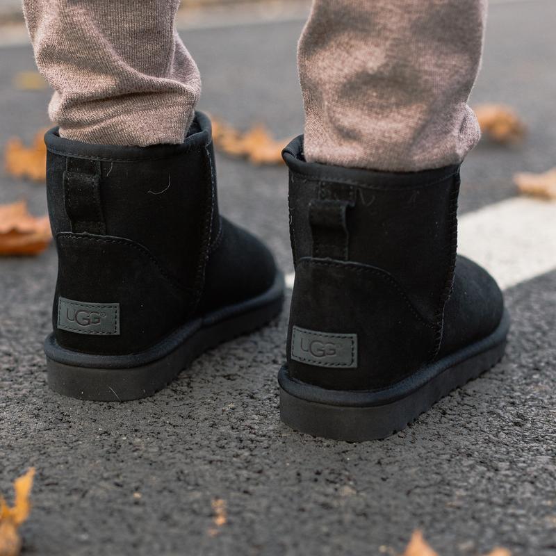 Шикарные женские зимние сапоги угги ugg classic mini ii boot с... - Фото 4