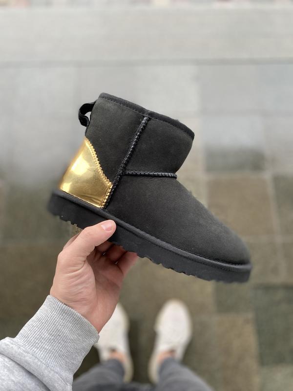 Шикарные женские зимние угги ugg classic mini black/gold с нат...