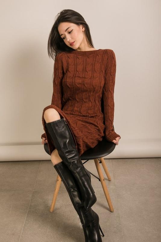 Теплое вязаное женское платье миди