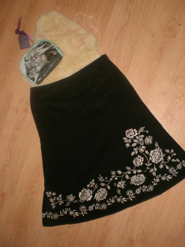 Шикарна нереально красивенна вільветова юбочка з вишивкою.