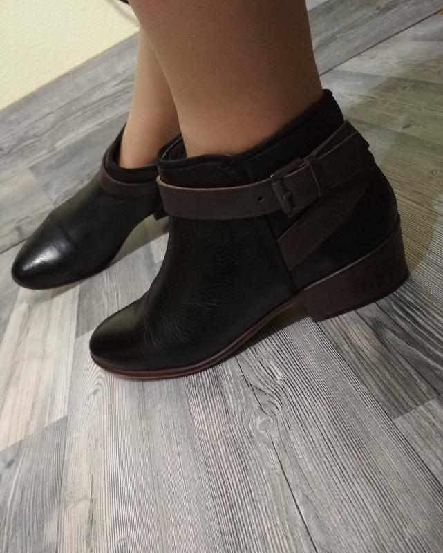 Стильные кожаные ботинки clarks