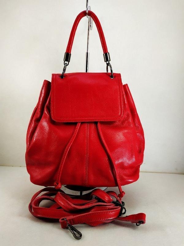 Яркая кожаная сумка-рюкзак