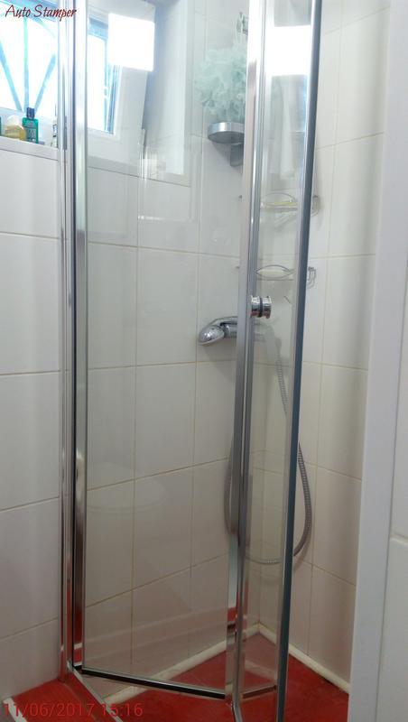 Установка стеклянных дверей в душ.