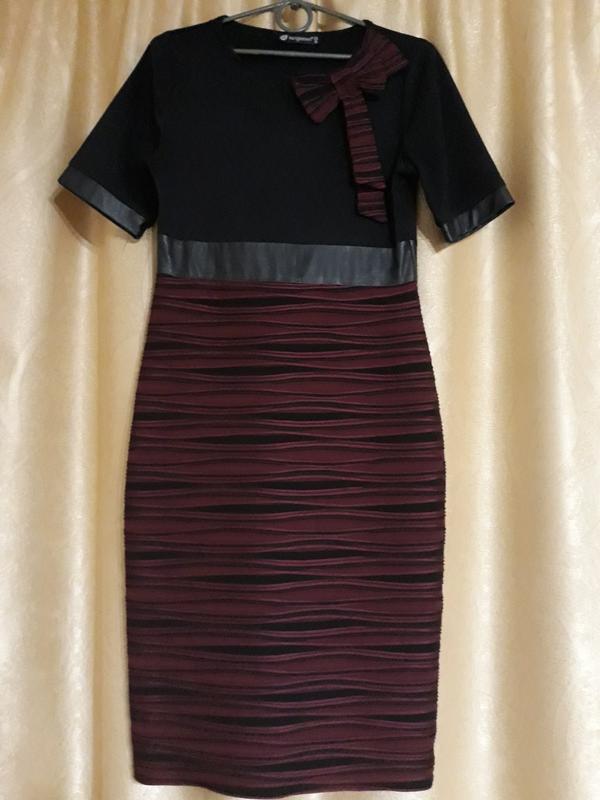 Милое трикотажное платье, с вставками под кожу на талии и рукавах