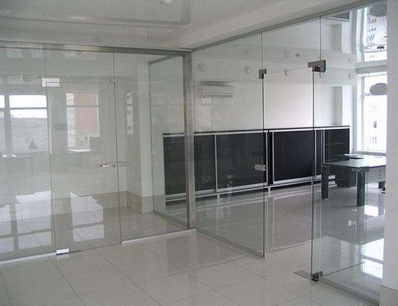 Двери и перегородки из стекла каленого