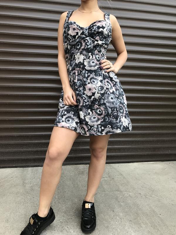 Платье-сарафан с открытой спиной и карманами