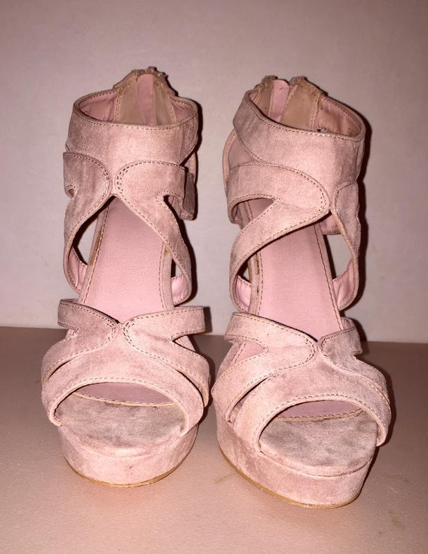 ❤️очень стильные босоножки на высоком каблуке и платформе.пудр...