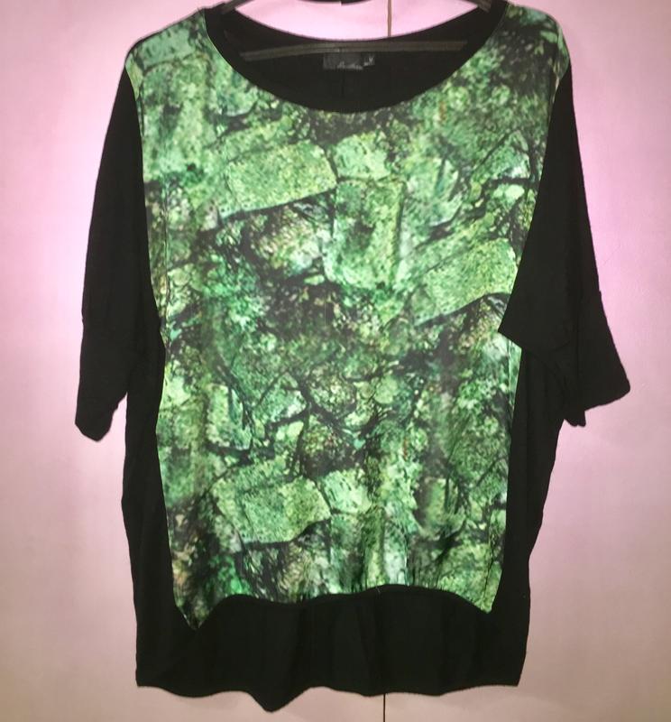 Стильная летняя футболка блузка.черная +изумрудный принт спереди