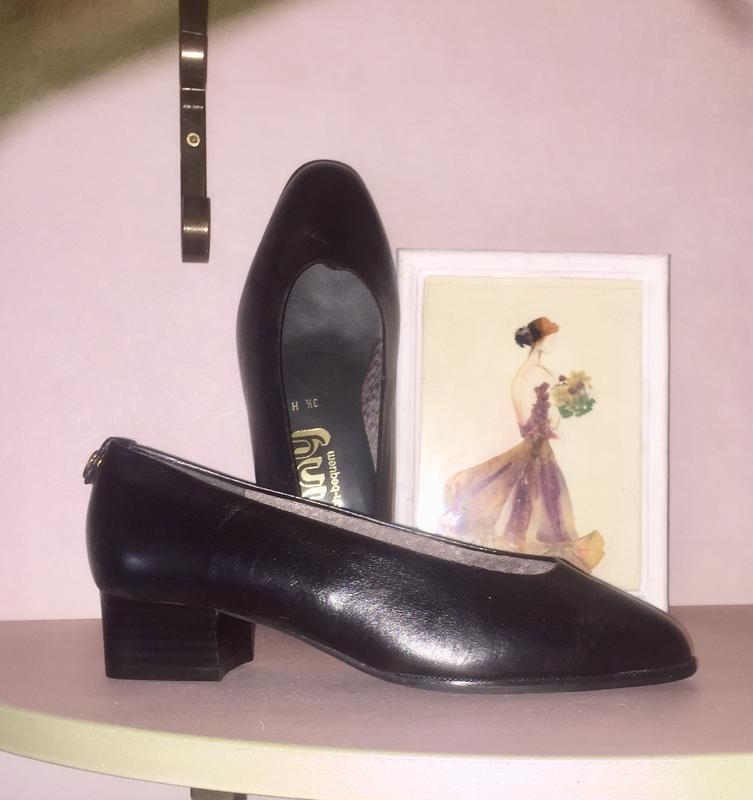 Чёрные глубокие туфли лодочки на низком каблуке из натуральной...