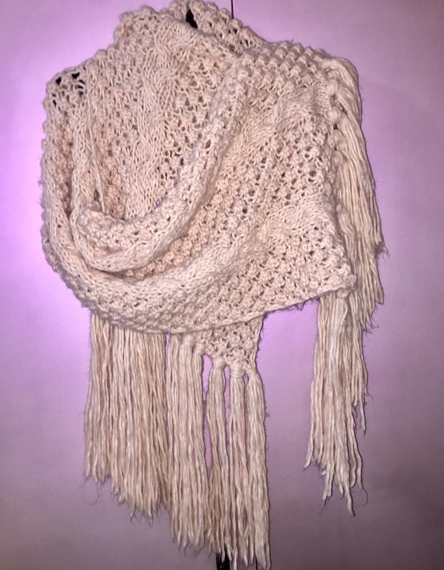 Длинный мягкий шарф пудрового цвета очень красивой крупной вязки