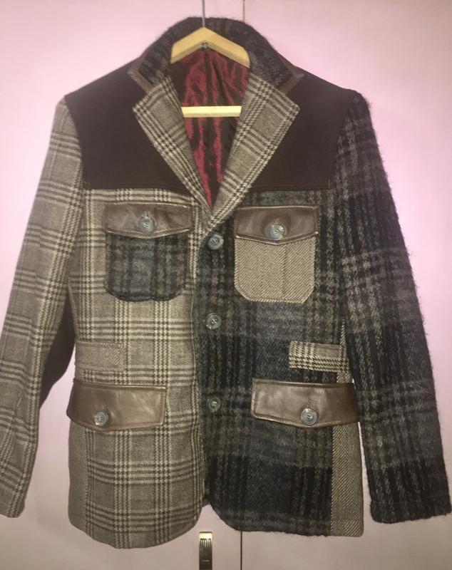 Стильный шерстяной пиджак в клетку с кожаной отделкой