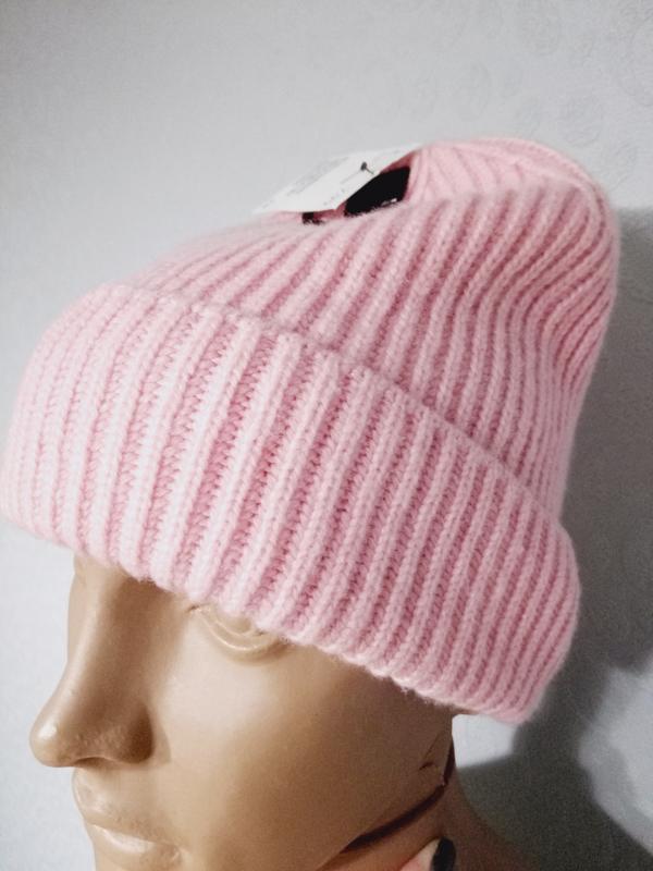 Красивая женская вязаная шапка