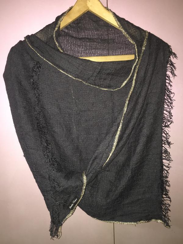 Лёгкий темно серый шарф с золотым ободком