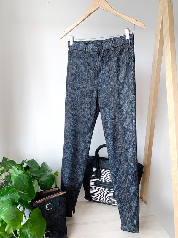 Чорно-сірі штани брюки в змііний принт zara