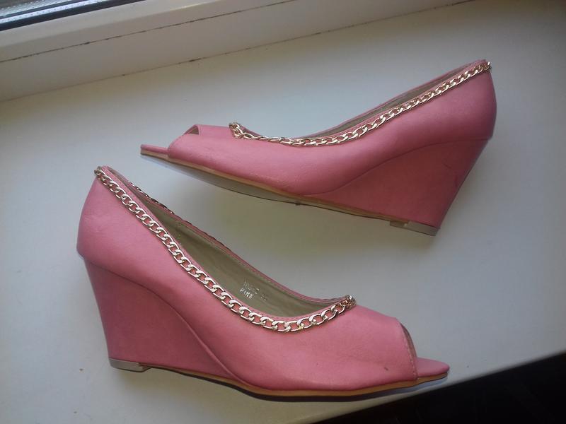 Сток. новые туфли   на танкетке открытый носок