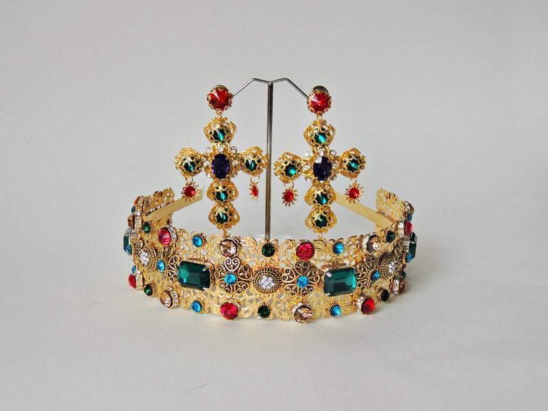 Роскошная корона и серьги с кристаллами.