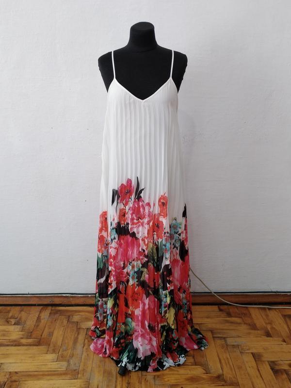 Стильное элегантное шифоновое платье плиссе в яркий цветочный ...