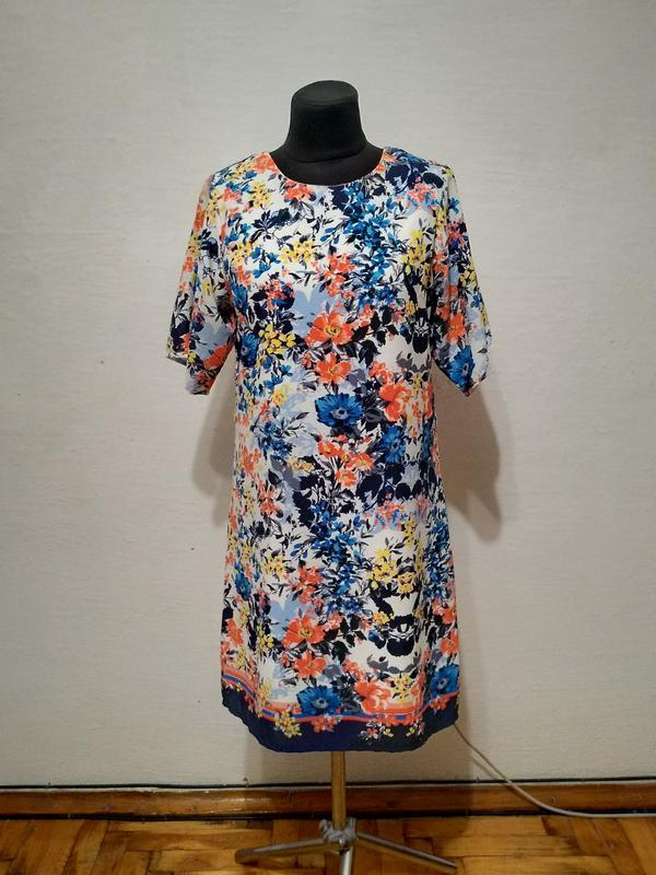 Стильно ярое красочное платье