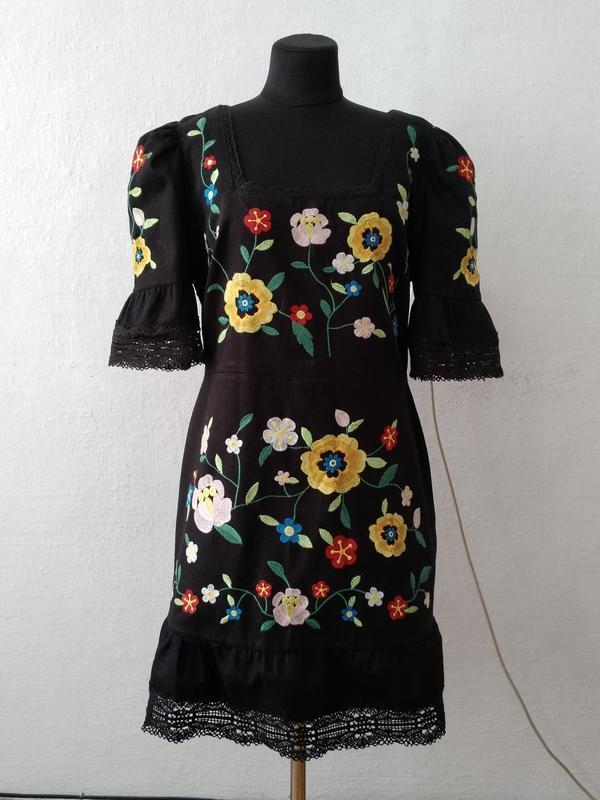 Стильное трендовое платье с яркой вишивкой большого размера