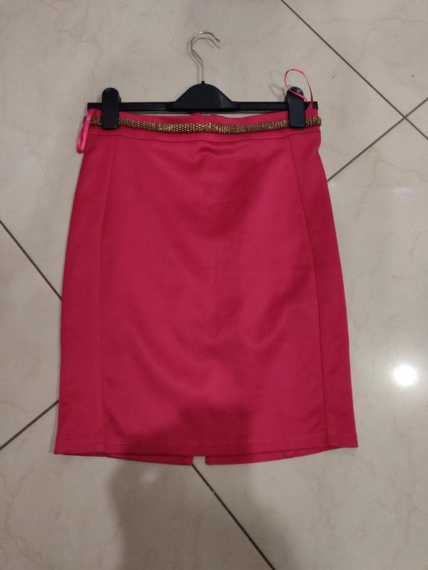 Мини юбка с декоративными поясом цвета фуксии