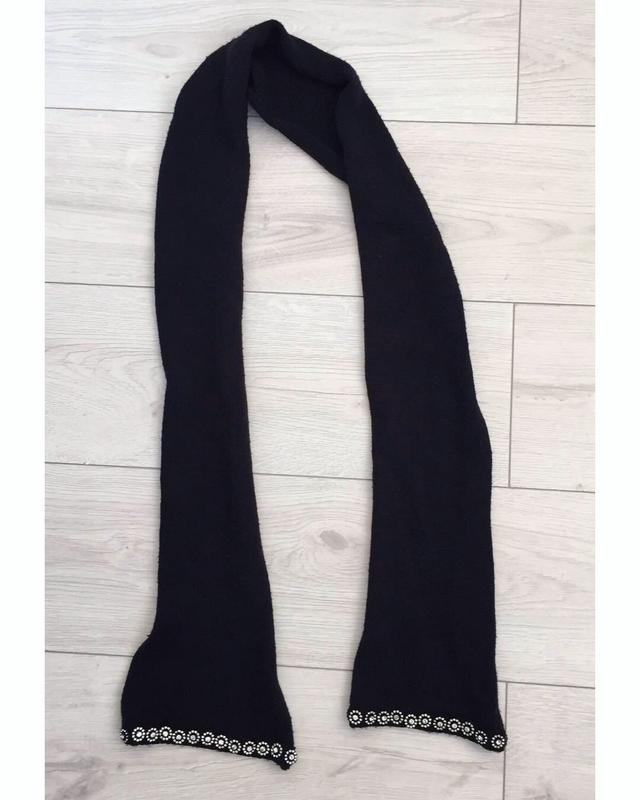 Чорний шарфик.