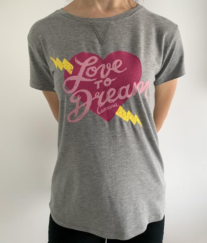Серая футболка с сердцем.