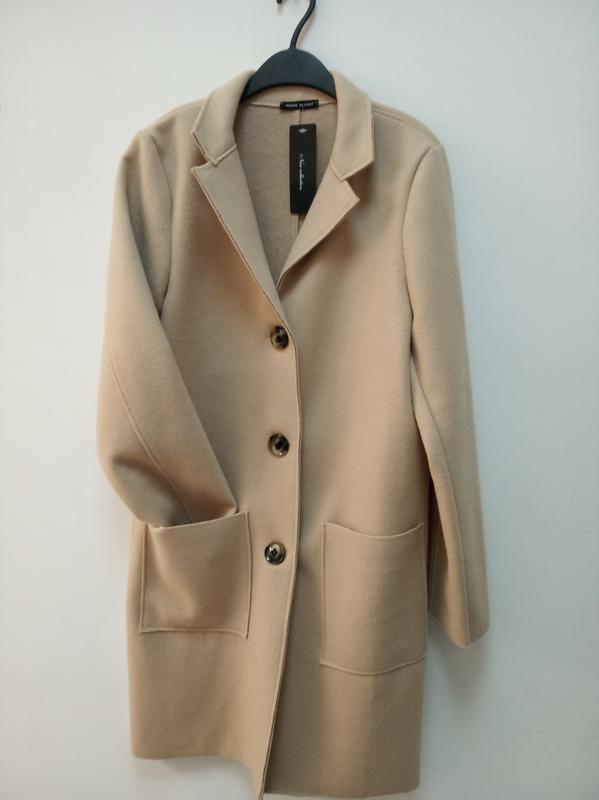 Стильное осеннее пальто, италия