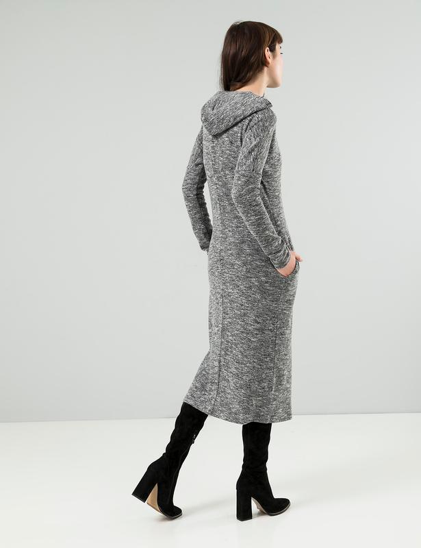 Трикотажное платье season с капюшоном серое