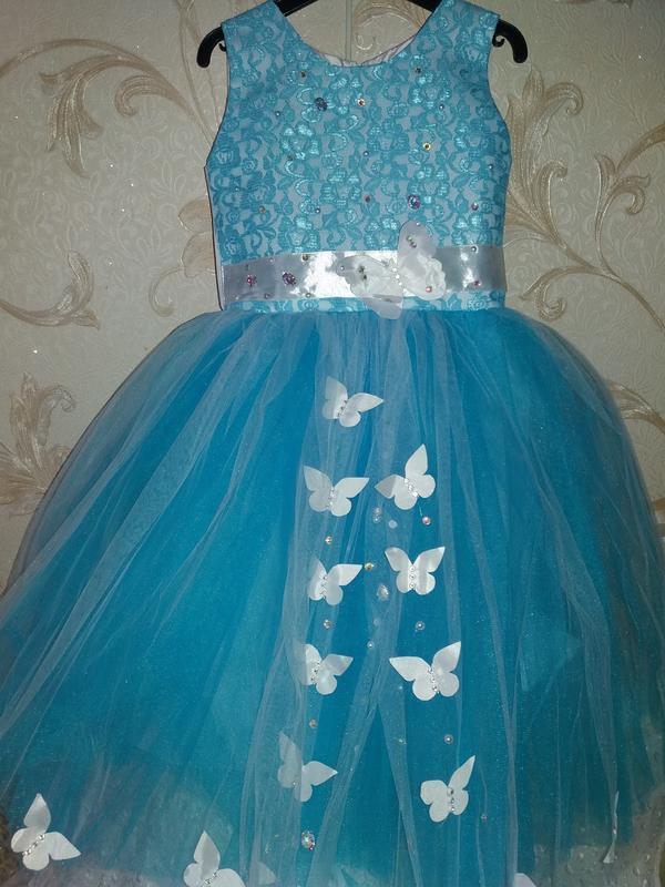 Нарядное платье на девочку голубое 5-6л